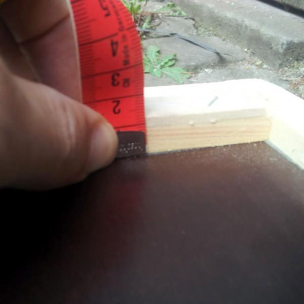 Im aufgestellten Zustand sollte sich diese Rutschleiste über dem Flugloch finden